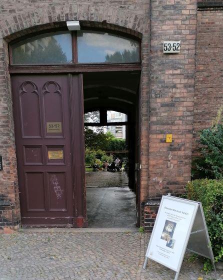 Offene Tür zum Hofcafé