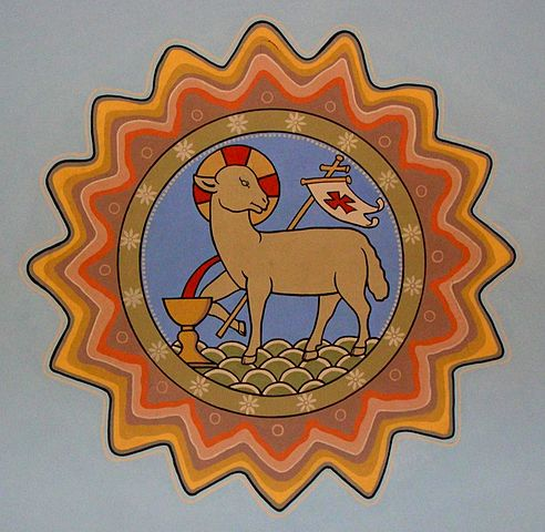 Osterlamm mit Kreuznimbus, Kreuzfahne und Kelch (St. Josef, Bolzum)
