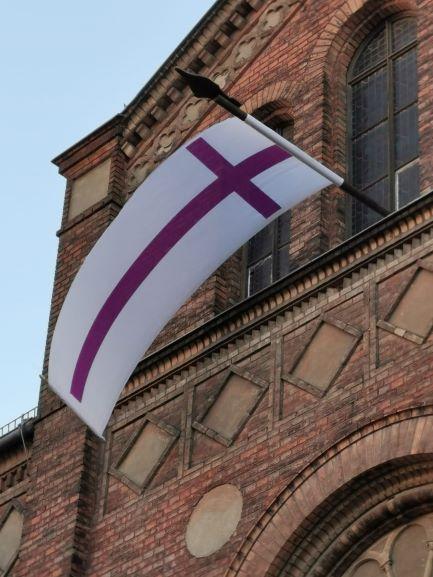 Evangelische Kirchenfahne weht von der Kirche